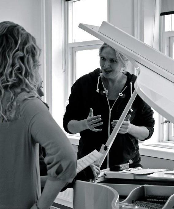 Christina Dahl underviser i sang